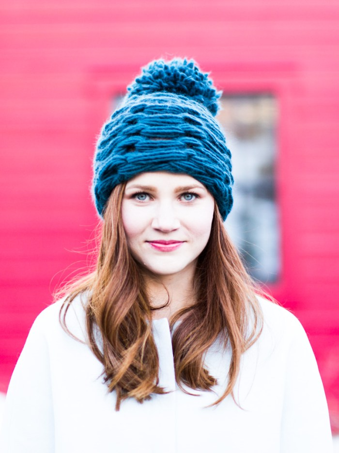 Make this chunky, easy, arm knit pom pom hat!