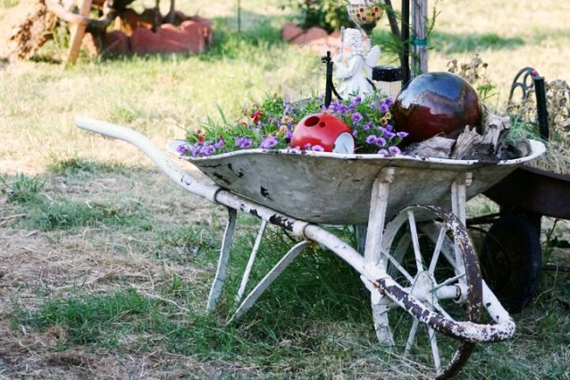 Lisa Galyean's wheelbarrow has the very desirable metal wheel.