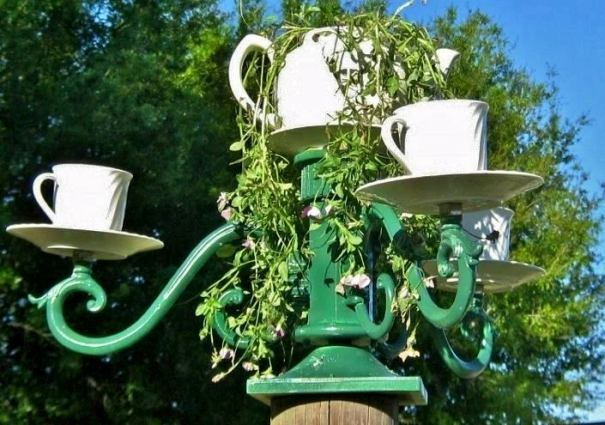 Lisa Burns's teacup chandelier‎