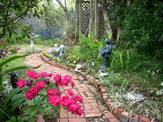 Oh, how we love a great garden path! | Flea Market Gardening