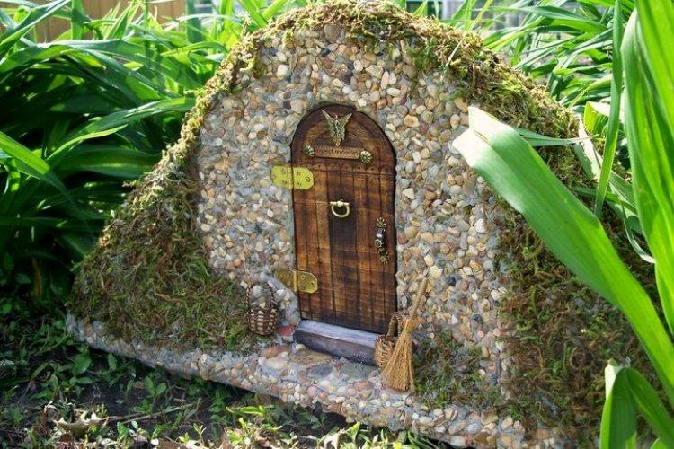 Helen Eyers made a pebble and moss mini house