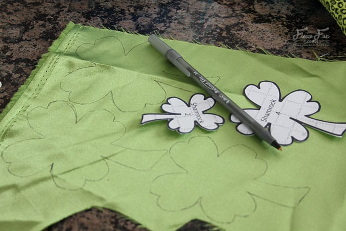 I love this Shamrock hari clip -it's perfect for St. Patrick's day fun! Easy DIY idea and tutorial