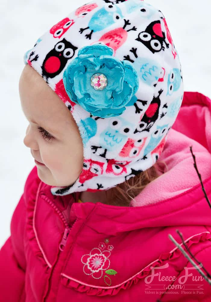 I love this baby hat with chin strap tutorial This sewing DIY is such a good idea. Baby can't pull the hat off! There's a free pdf pattern and a video to walk you through it. Great Fleece Sewing Project. Love this fleece hat.