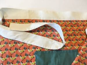 This Easy Apron Tutorial is an easy sewing project that is perfect for beginners. It also make a great handmade gift ideas. I love cute apron pattern Wonderful apron DIY.