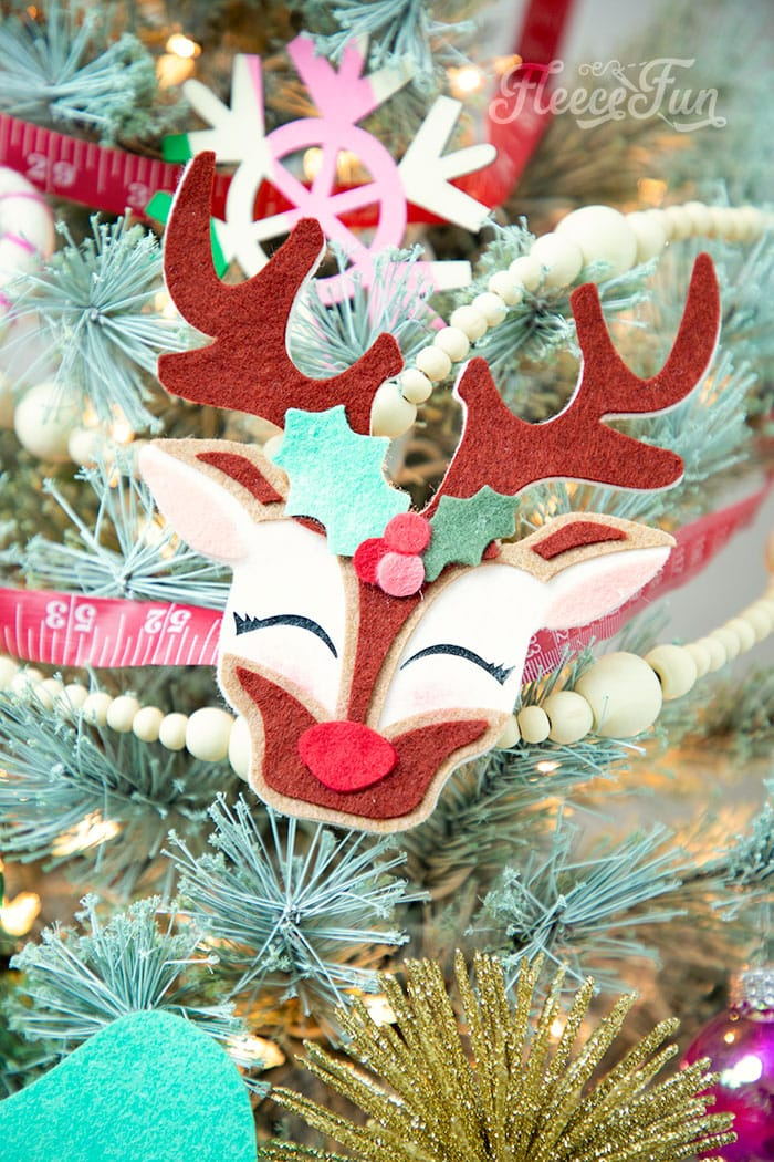 This adorable Felt Ornament Pattern (Free) is a wonderful way to add some color & personality to your Christmas Tree. Make with a few scraps of felt & glue!