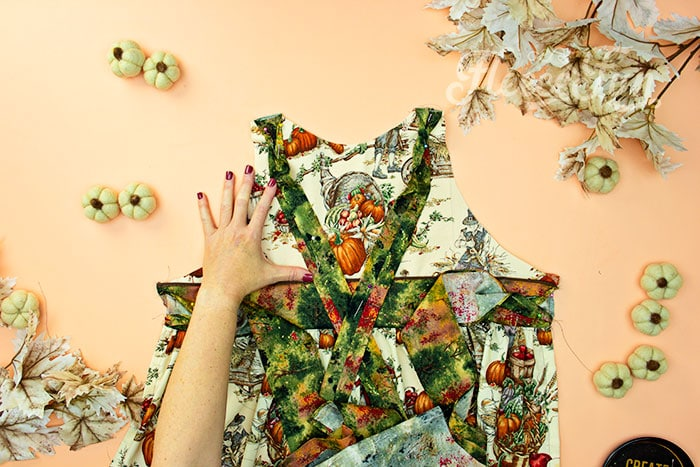 pin straps out of the way . This Free apron pattern and tutorial includes a pdf pattern and video! Make a vintage style apron that is chic.