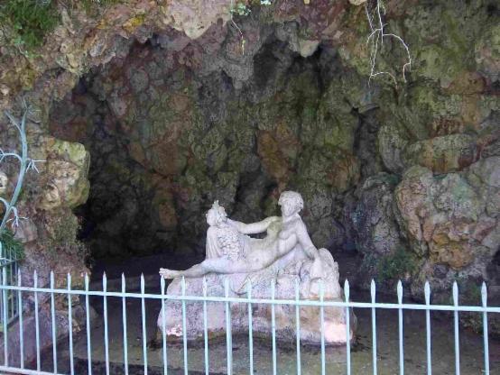 La grotte dédiée à Séquana à la source de la Seine.