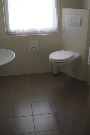 6 Badezimmer mit bodenebener Dusche und EckWC  Fliesen