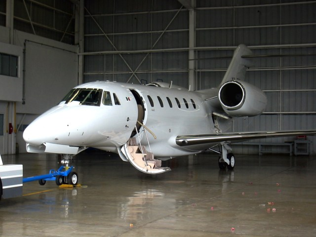 Private_airplane_in_hangar