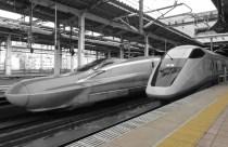 Shinkansen E6 and E3 series Trains at Õmiya Station (Saitama) © Rsa | Wikimedia (CC BY-SA 3.0)