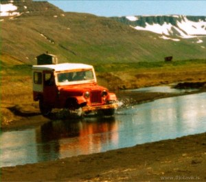 Willy's jeppinn góði. Hann þjónaði í Fljótavík, um árabil. Grunur leikur á að þetta sé mynd tekin af Guðna Ásmundssyni. og óskandi að geta fengið það staðfest.