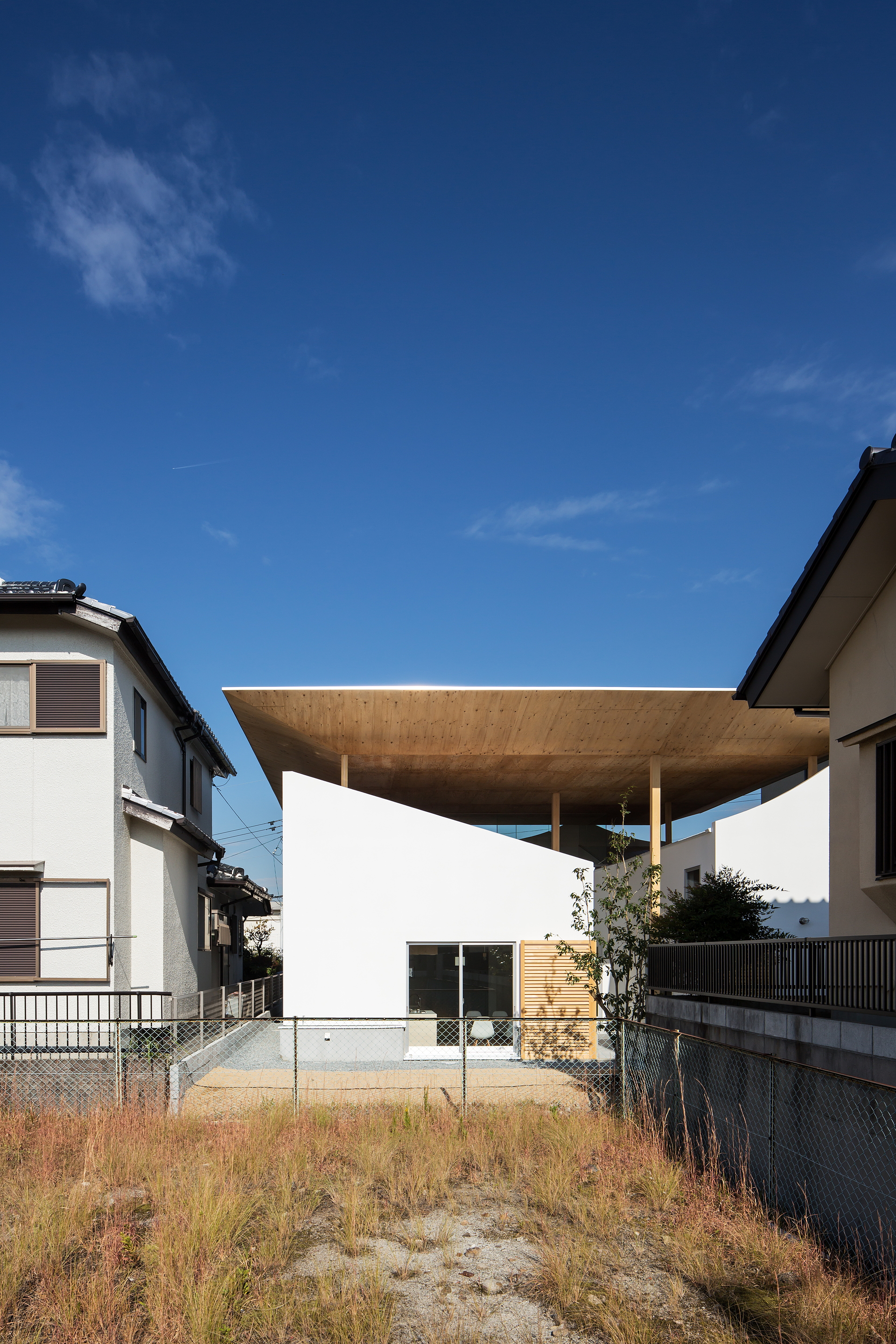 Y M Design Office And The Floating Roof House In Kobe
