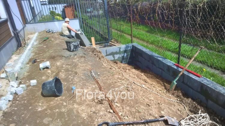 Pierwszy etap budowy ogrodu, kształtowanie terenu poprzez murek oporowy, wyznaczenie kształtu trawnika przez obrzeże trawnikowe