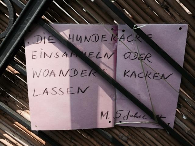 Schild am Kitazaun in der Brehmestraße