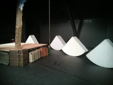 Die Bühne mit der Kunstglas-Flasche