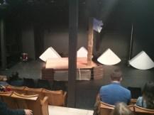 Blick auf die Bühne und die alten Klappstühle