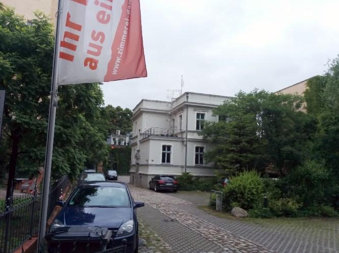 Im Vordergrund der Parkplatz, hinten die Villa. Links ist der Pocketpark zu erkennen.
