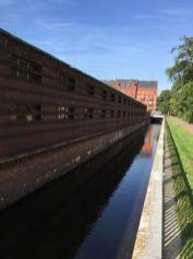 Auch auch an den Uferhallen zeigt der Flussverlauf klare Kante