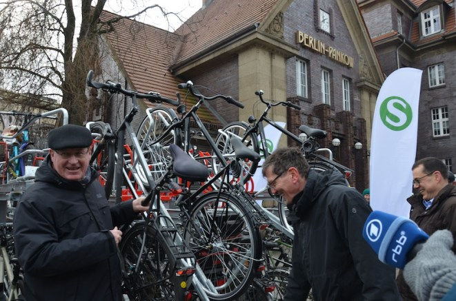 Jens-Holger Kirchner, Christian Gaebler, Peter Buchner parken Fahrräder ein © Michael Hielscher
