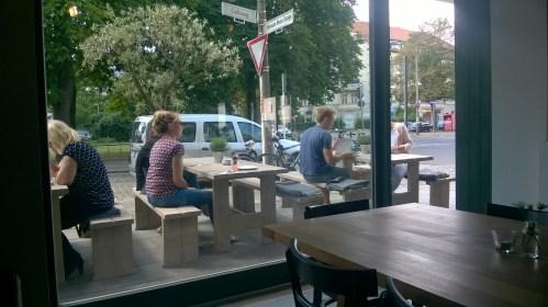 Draußen sitzen in der Hermann-Hesse-Straße Ecke Güllweg
