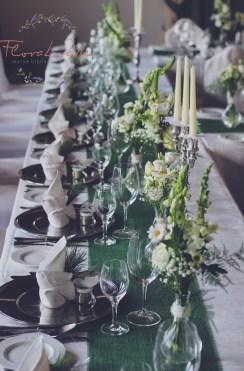 Eingedeckte Tischdekoration in grün- weiß mit Zirbe