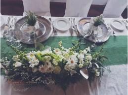 Tischdekoration für den Brauttisch in grün-weiß