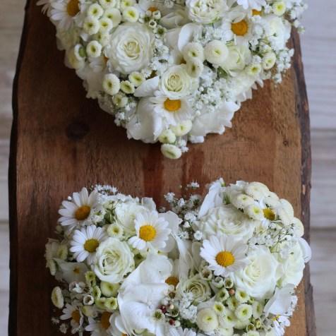 Herz aus Blumen in weiß für Babyempfang