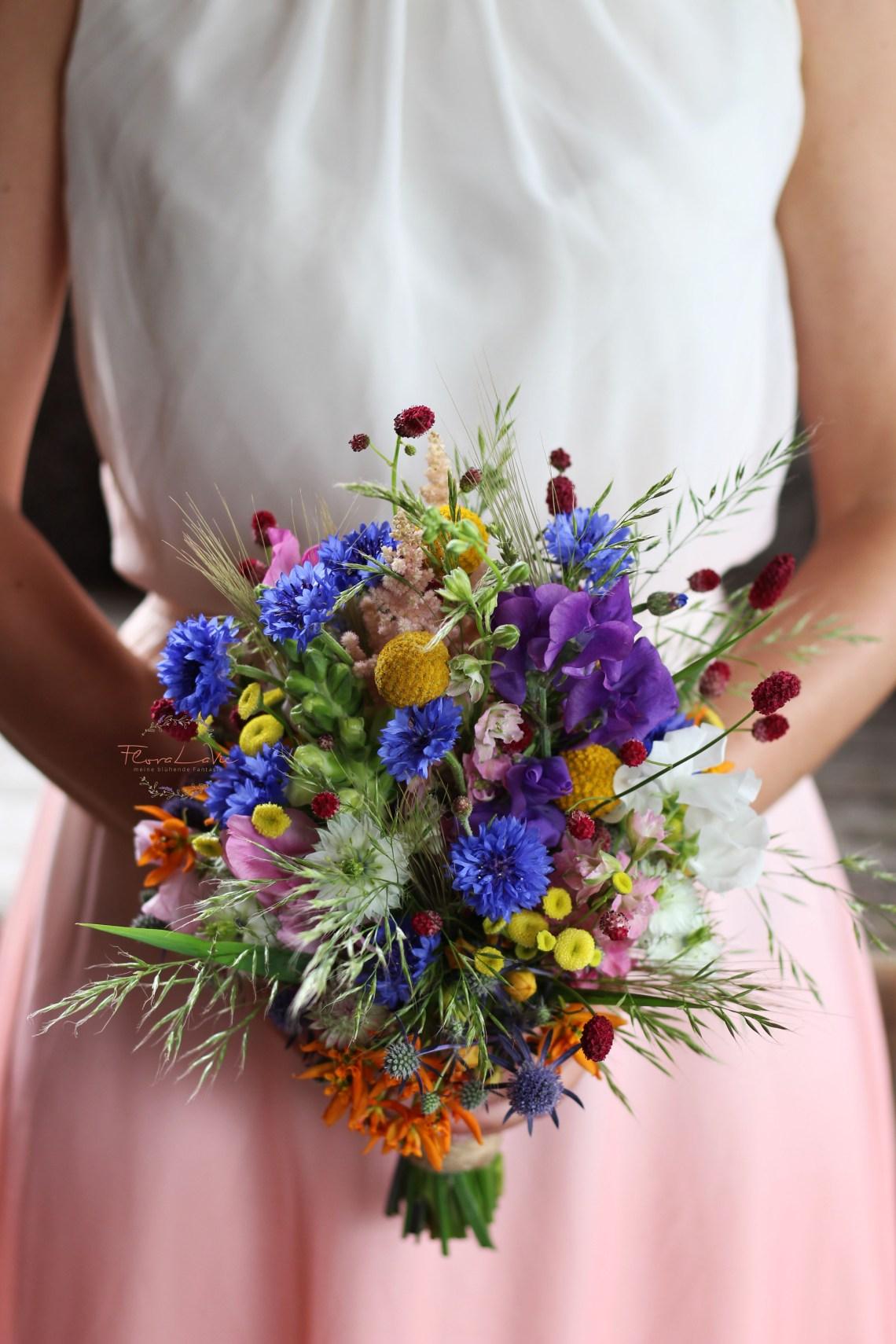 duftiger Brautstrauss in Wiesenblumen -Optik