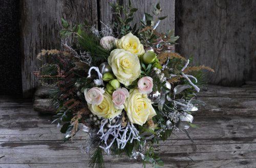 Blumenstrauß - weihnachtlich in weiß