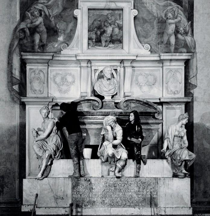 Giovani volontari sulla tomba di Michelangelo in Santa Croce, 1966 Accademia delle Arti del Disegno, Manuel Litran Photographer, Courtesy of Getty Images