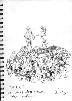 Les portugais depuis 25 un incontournable du FIMU, chantons et danson sous la pluie avec au dessus deux musicien de Kile burkina fasso