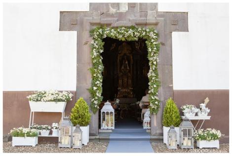 Marco de flores en puerta de Capilla