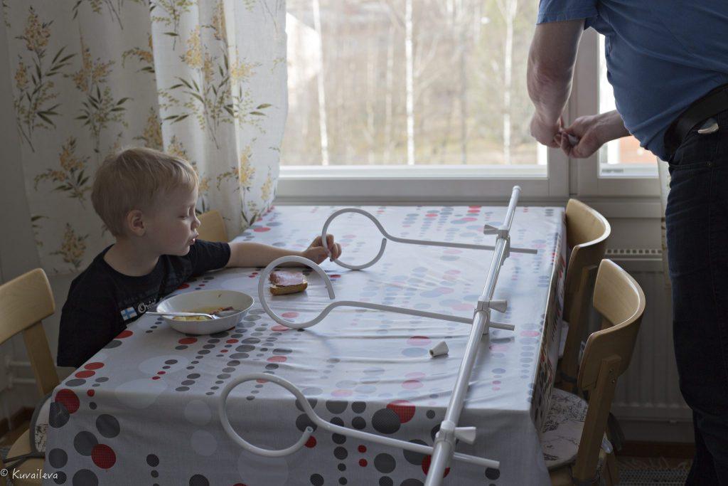 Äitienpäivälahja - Floreti kukkateline äidin keittiön pöydällä valmiina aasennettavaksi ikkunaan