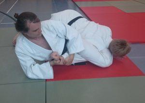 Selbstverteidigung in der Judo Dan Prüfung - die Verteidigung in der Bodenlage gegen Schläge kann unter anderem mit einem Hebel beendet werden.