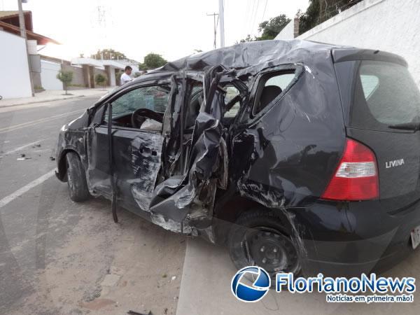 Motorista que disputava racha bate carro e derruba poste em Floriano.(Imagem:FlorianoNews)