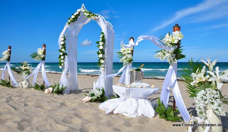 Heiraten unter einem romantischen Rosenbogen in Florida