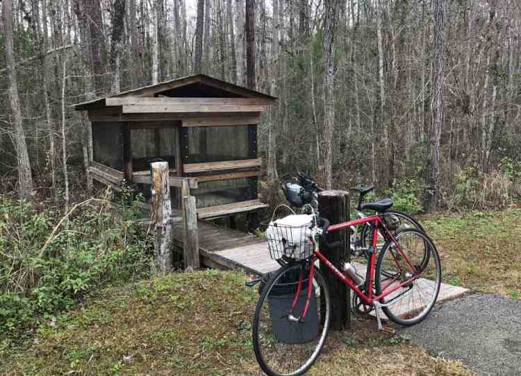Along the trail there are regular rest stops, including this little screened hut. (Photo: Bonnie Gross)