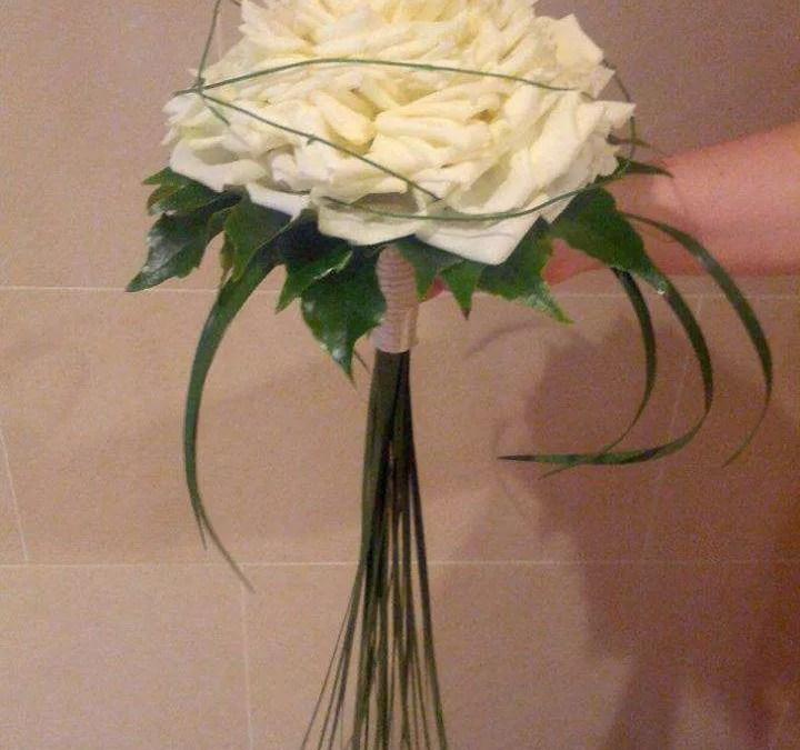 Delicado ramo de rosas blancas