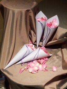 En las bodas se lanzan pétalos