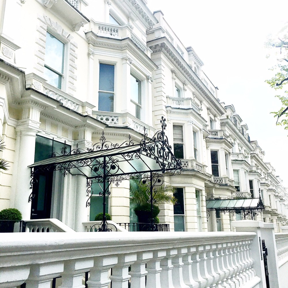 Is notting hill on your London bucket list? I know you've seen all the charming photos of notting hill on instagram. From cute houses, carnivals, markets and famous film scene spots, here are five things to do in Notting Hill.