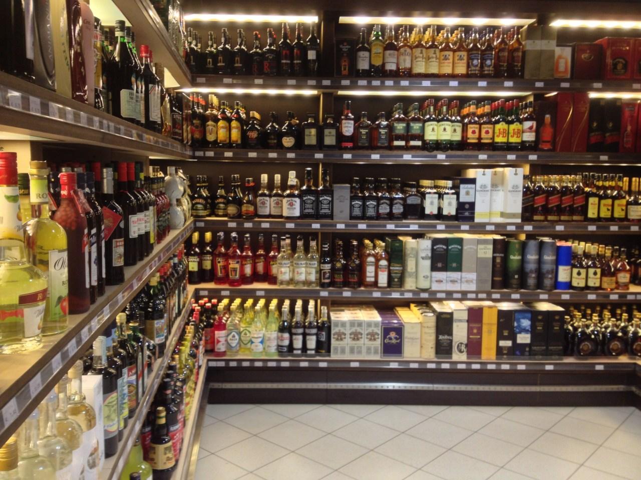 Ein Teil der Spirituosenwand im kleinen Laden um die Ecke - Alkohol wird in Livigno gross geschrieben