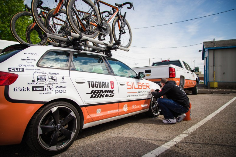 Gord making sure things are shiny before stage 3 © Vincent Drouin - VeloGazette.ca