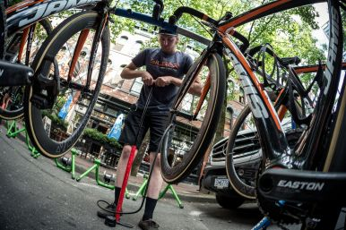 Yohan adjusting tire pressure before the Gastown GP ©Eibhir Photography