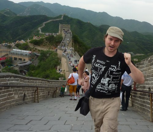 Benny Lewis walking the Great Wall of China.