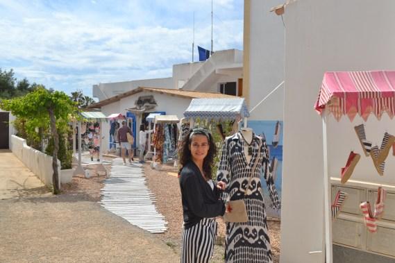Luz mirando zapatos en una tienda al aire libre en San Francisco Javier en Formentera