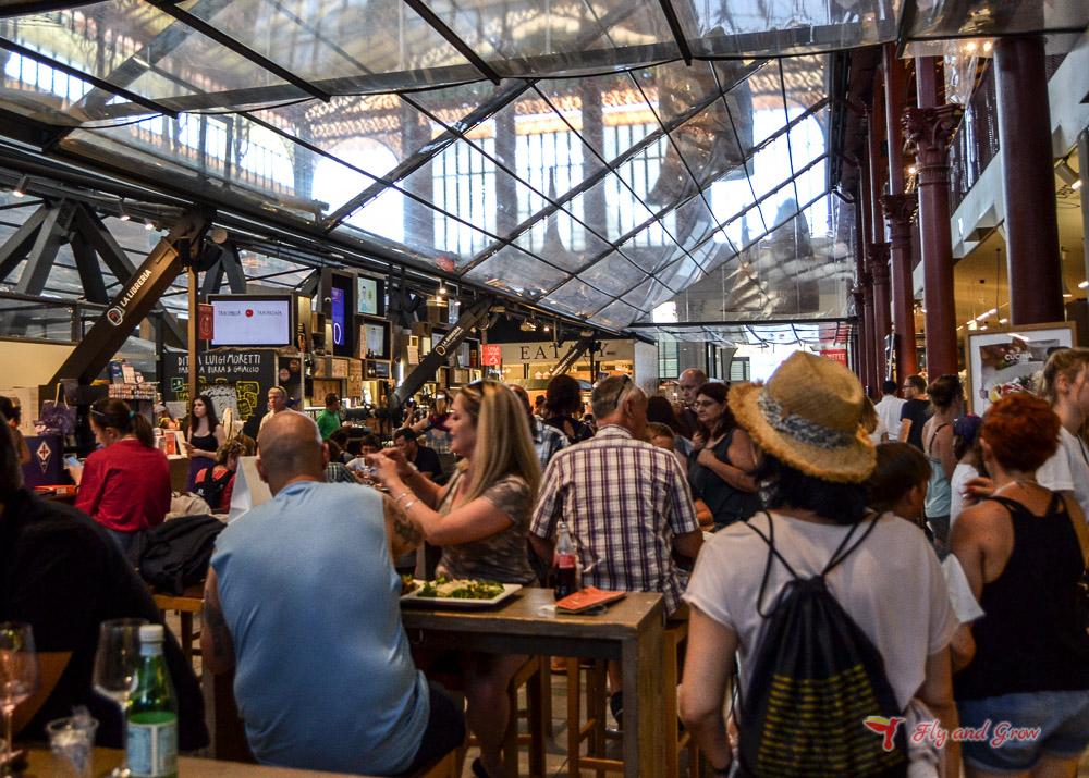 puestos para comer schiacciata en el Mercado de Florencia