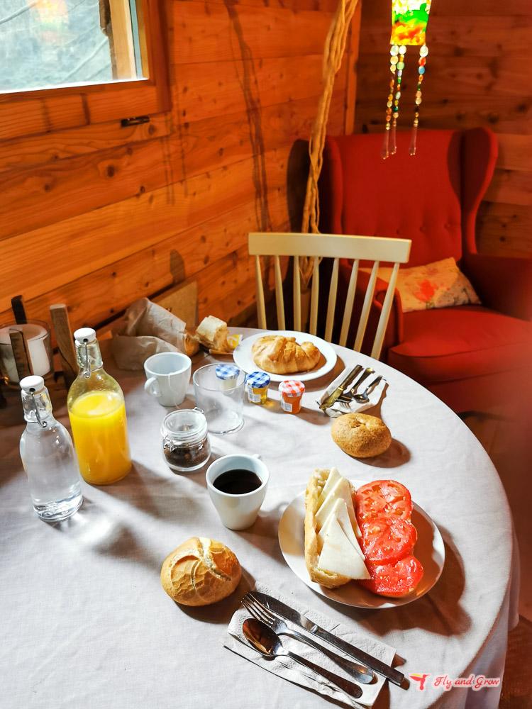 Desayuno en una cabaña en el árbol