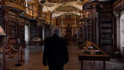 Prof. Nikolajew auf den Spuren der Eulensteins in der Stiftsbibliothek St. Gallen.