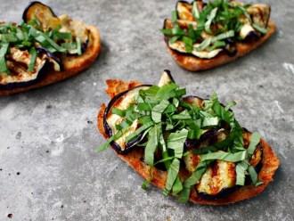 Italiaans hapje aubergine bruschetta crostini