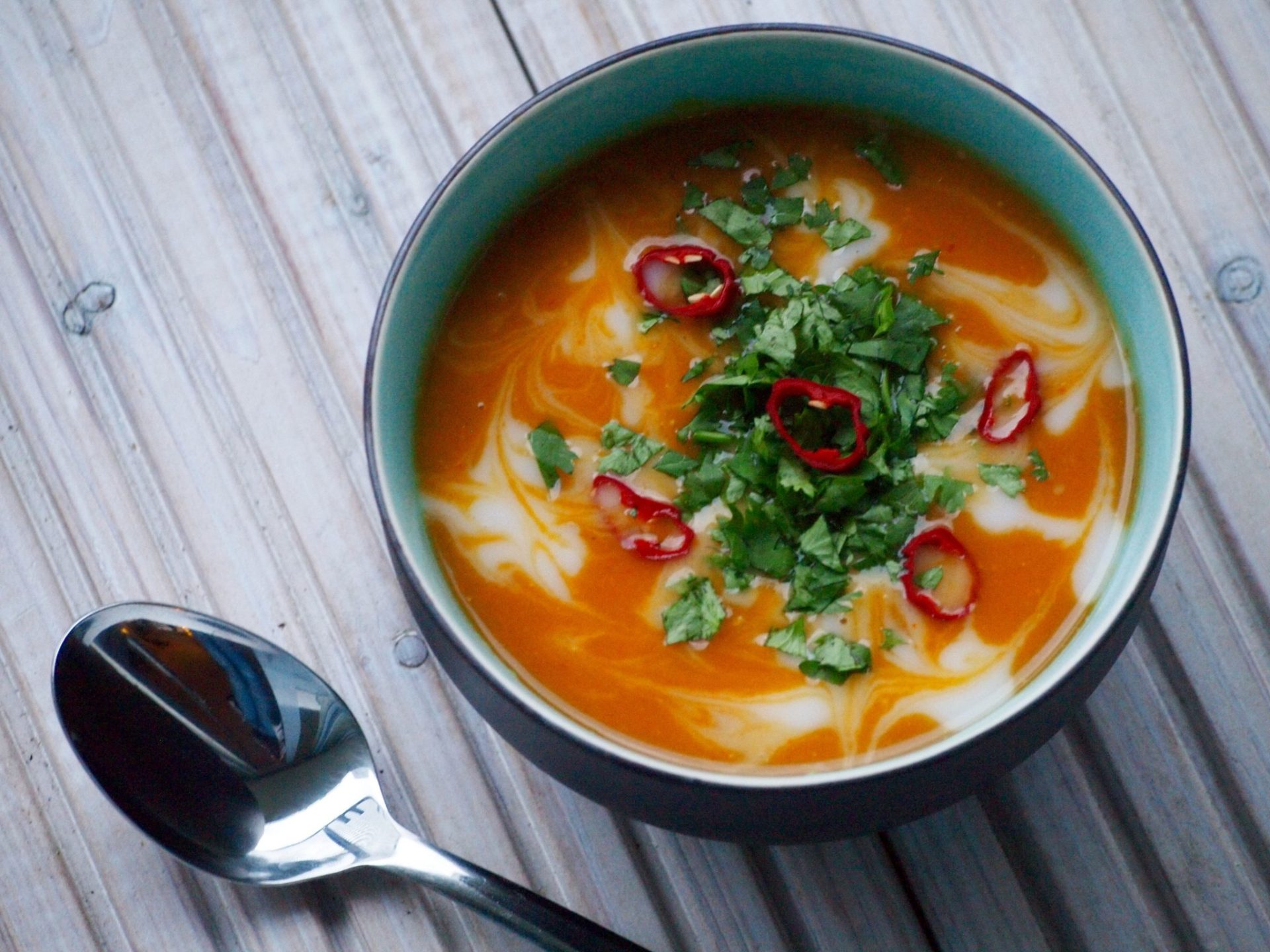 Pittige thaise pompoensoep met rode curry